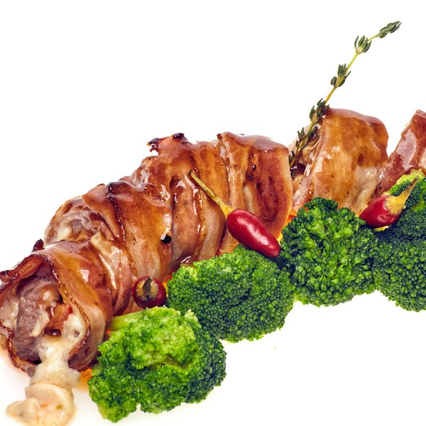 Рулет свиной в беконе с брокколи