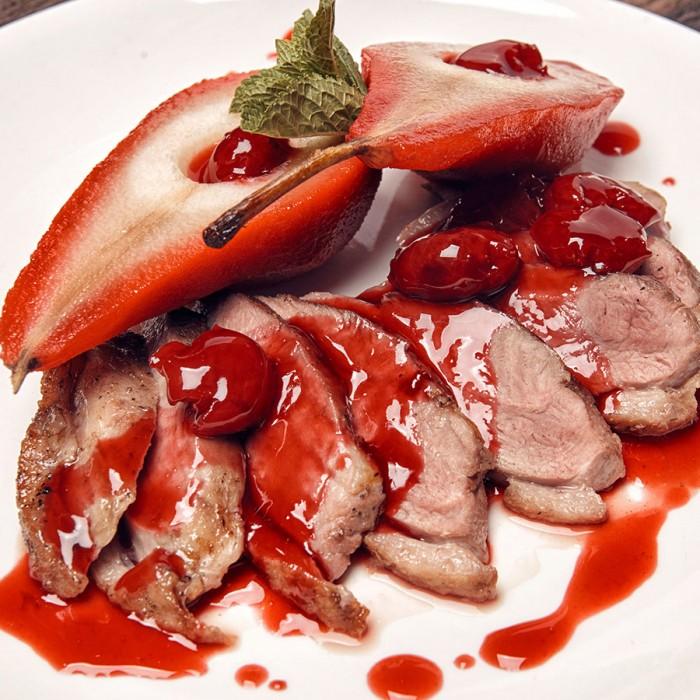 Утиная грудка с вишневым соусом и грушей